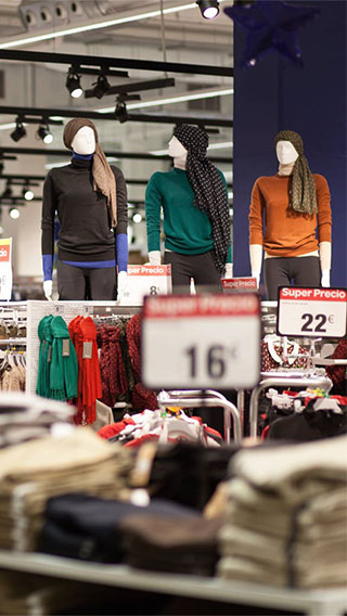 Correct fashion lighting at Carrefour Santiago attracts customers