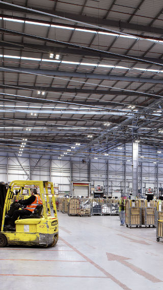 Illuminating warehouse of Royal Mail NDC with energy-saving LED technology by Philips Lighting