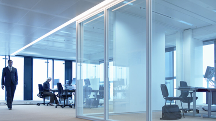 Office with dynamic lighting that adjusts according to the available daylight